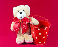 Gevulde teddybeer en emmer Stock Afbeelding