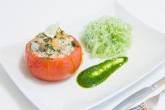 Gevulde tomaten met zalm en garnalen, met funchoza en arugulasaus Stock Afbeeldingen