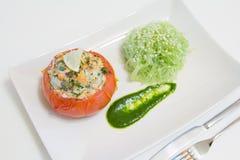 Gevulde tomaten met zalm en garnalen, met funchoza en arugulasaus Royalty-vrije Stock Foto's