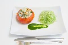 Gevulde tomaten met zalm en garnalen, met funchoza en arugulasaus Stock Fotografie