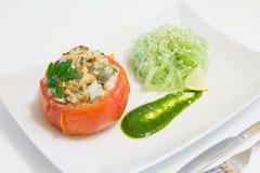 Gevulde tomaten met zalm en garnalen, met funchoza en arugulasaus Royalty-vrije Stock Afbeeldingen