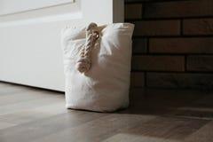 Gevulde zak die houten deur houden royalty-vrije stock foto
