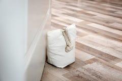 Gevulde zak die houten deur houden royalty-vrije stock foto's