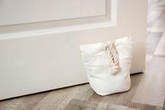 Gevulde zak die houten deur houden royalty-vrije stock fotografie