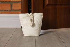 Gevulde zak die houten deur houden stock afbeeldingen