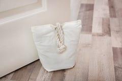 Gevulde zak die houten deur houden stock fotografie