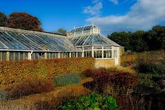 Gewächshaus und ummauerter Garten Lizenzfreies Stockfoto