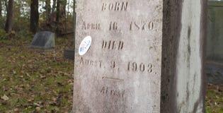 Gewählter Aufkleber auf einem Grab Lizenzfreie Stockfotos