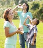 Gewöhnliche Paare mit Trinkwasser des Jugendlichen Lizenzfreie Stockbilder