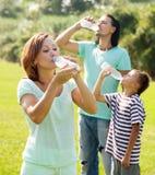 Gewöhnliche Paare mit Trinkwasser des Jugendlichen Stockfoto