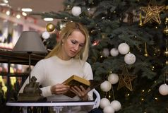 Gewöhnliches langes Haarfrauen-Feier Weihnachten Stockbild