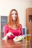 Gewöhnliches Mädchen, das Kartoffeln isst Lizenzfreie Stockfotos
