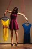 Gewöhnt zu Einkaufsfrauenmädchenmarionette mit Kleidung stockfoto