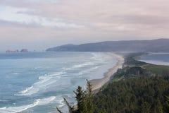 Gewölbte Felsen an Kap Meares-Schutz in Oregon stockbild