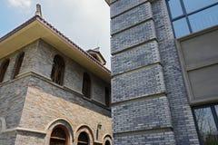 Gewölbte Fenster des altmodischen Gebäudes im Himmel Stockbild
