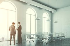 Gewölbte FensterKonferenzzimmerecke getont Lizenzfreies Stockfoto