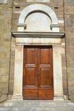 Gewölbte Kirchentür in Lucca, Italien Lizenzfreie Stockfotografie
