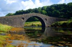 Gewölbte Steinbrücke Stockfotos