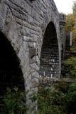 Gewölbte Steinbrücke mit Treppe am Acadia-Nationalpark Lizenzfreie Stockbilder