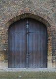 Gewölbte Tür auf mittelalterlichem Gebäude Lizenzfreie Stockfotos