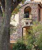 Gewölbte Tür und Balkon Stockfotos