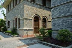 Gewölbte Tür und Fenster des altmodischen Gebäudes Lizenzfreies Stockfoto