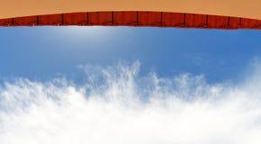 Gewölbte Türweise mit überhängender Fliese Stockfoto