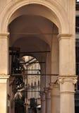 Gewölbter Durchgang, Udine Friuli Venezia Giulia, Italien lizenzfreie stockbilder