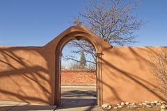 Gewölbter Eingang des luftgetrockneten Ziegelsteines Lizenzfreies Stockfoto