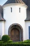 Gewölbter Eingang zum hochwertigen Haus Stockbild