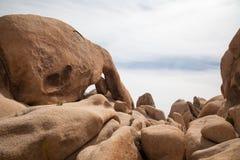 Gewölbter Felsen und Flusssteine Stockbilder