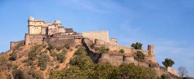 Gewölbter Turm und verstärkte Wand von Kumbhalgarh-Festung nahe Udai Stockfotografie