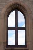 Gewölbtes Fenster mit Himmel Lizenzfreies Stockbild