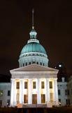 Gewölbtes Gebäude nachts Lizenzfreie Stockfotografie