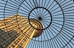Gewölbtes Glasdach des Eingangs zum Emporis Gebäude Lizenzfreies Stockbild