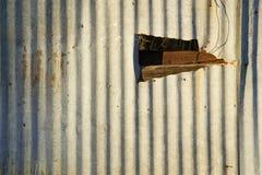 Gewölbtes Metall mit einem Loch Lizenzfreie Stockfotos