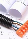 Gewölbtes Rohr und elektrisches Kabel mit Verbindungswürfel auf Zeichnung Lizenzfreies Stockbild