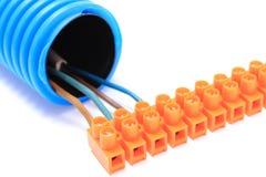 Gewölbtes Rohr und Kabel mit Verbindungsstück Stockfotografie
