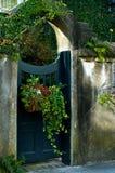 Gewölbtes Tor mit Blumen-Korb lizenzfreies stockfoto