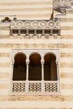 Gewölbtes Windows auf Moroccon-Wand Stockbilder