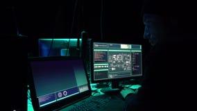 Gewünschte Häcker, die Virus ransomware unter Verwendung der Laptops und der Computer im Keller kodieren Cyberangriff und Systemb stock footage