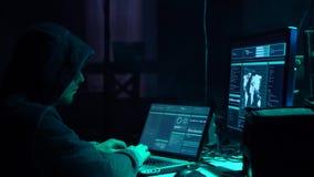 Gewünschte Häcker, die Virus ransomware unter Verwendung der Laptops und der Computer im Keller kodieren Cyberangriff und Systemb stock video
