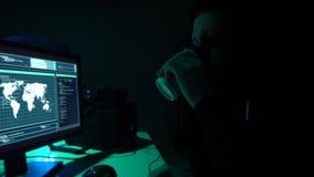 Gewünschte Häcker, die Virus ransomware unter Verwendung der Laptops und der Computer kodieren Cyberangriff, Systembrechen und Sc stock video