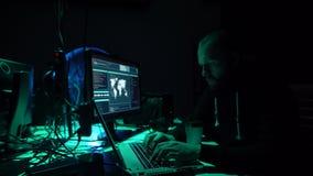 Gewünschte Häcker, die Virus ransomware unter Verwendung der Laptops und der Computer kodieren Cyberangriff, Systembrechen und Sc stock video footage