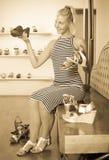 Gewünschter Schuh des jungen Mädchens shopaholic Holding Stockfoto