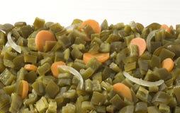 Gewürfelte Jalapenos-Paprikas mit Karotten Stockfotografie