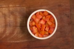 Gewürfelte Tomaten in einer Schüssel Stockbilder