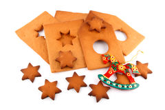 Gewürz-backen Sie Haus, süße Sterne und rotes Pferd zusammen lizenzfreie stockbilder