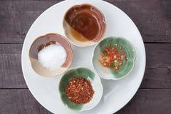 Gewürz mit vier Lebensmitteln in keramischem, Fischsauce, in Essig eingelegter Paprika, Cayenne-Pfeffer, Zucker auf der hölzernen Lizenzfreies Stockfoto
