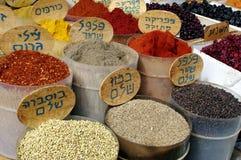 Gewürze auf Bildschirmanzeige im israelischen Markt Lizenzfreie Stockbilder